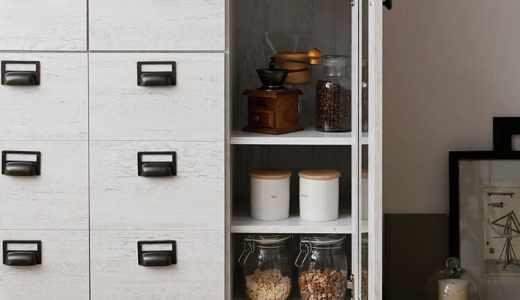 引出しの多さが特徴的なLOWYAの食器棚