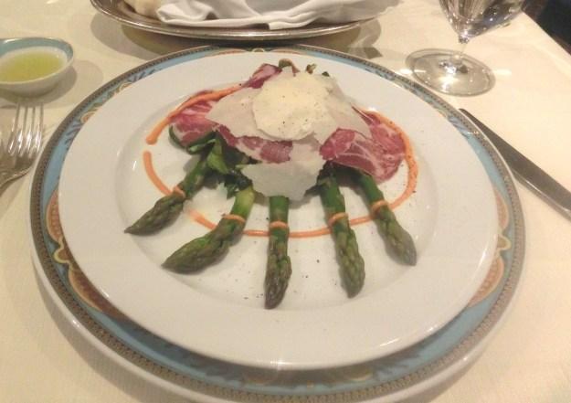 アスパラガス、イタリアハム、チーズ、野菜の盛り合わせ。