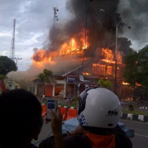 Hotel tambora yang terbakar hebat pasca kerusuhan yang melanda Sumbawa