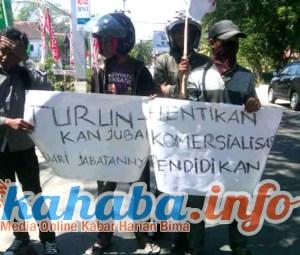 Unjuk rasa di depan kantor Dikpora Kabupaten Bima, Foto: Gus