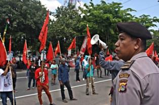 Demo PRD saat dikawal Polisi. Foto: Bin