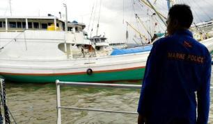 Anggota Patroli Perenjak 5017 Ditpolairbarkam Mabes Polri  saat mengamankan kapal pengangkut solar illegal. Foto: Teta