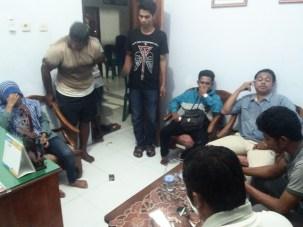 Pasangan diduga mesum saat diamankan di Kelurahan Santi. Foto: Deno