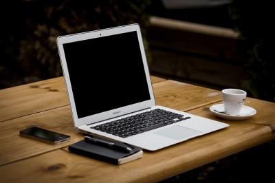 海外でノートパソコンを充電する