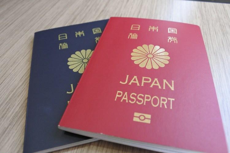 パスポート赤と青