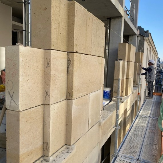 Façade en pierre massive, rue des Cévennes à Paris