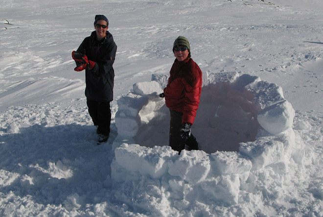 Helena och Pia bygger igloo vid Gåsenstugorna, blev nästan klar.
