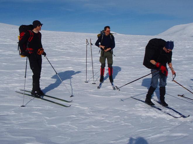 Soligt och varmt, Johan, Erik och Helena på väg mot Stensdalen.
