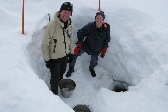 Martin och Helena hämtar vatten vid Stensdalen