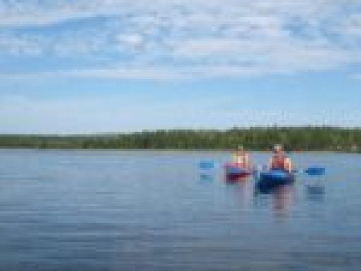 Kajaki Dębki rzeką Piaśnica, która spływa prosto do morza, województwo pomorskie, kaszuby