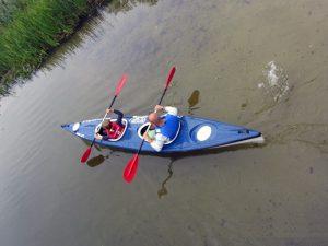 Tata z synem w rzece Piaśnica na spływie kajakowym