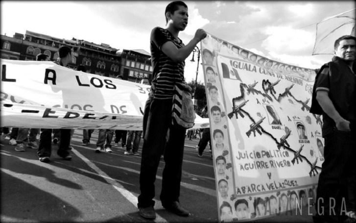 Estudiantes normalistas durante la marcha #JusticiaParaAyotzinapa, Zócalo, 8 de octubre de 2014.