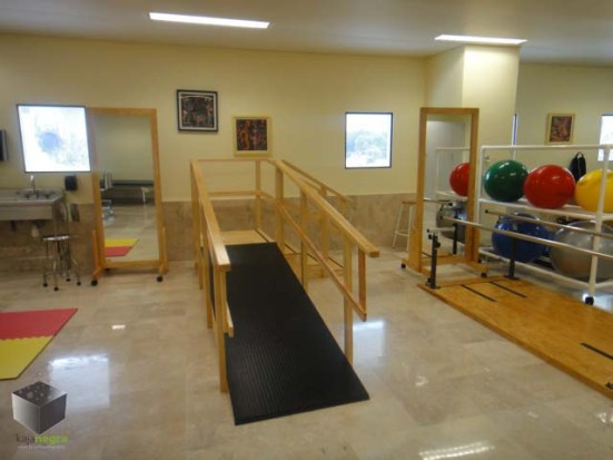 El CENIAQ cuenta con un gimnasio para rehabilitar a los pacientes quemados, además de un sistema multimedia para los pacientes de movilicen más y realicen una acción más interactiva.