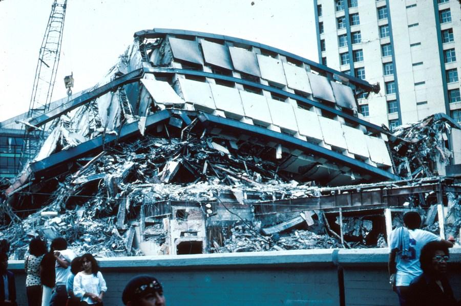 El Conjunto Pino Suárez A un costado de la estación del metro Pino Suárez, en el cruce de las avenidas José María Izazaga y Pino Suárez, se ubicaba este conjunto habitacional y de oficinas construido cerca de la década de 1970. Con el sismo de septiembre de 1985, una de sus torres, que contaba con más de veinte pisos, colapsó por completo. Entonces albergaba despachos de gobierno y hoy ahí se halla una plaza comercial.