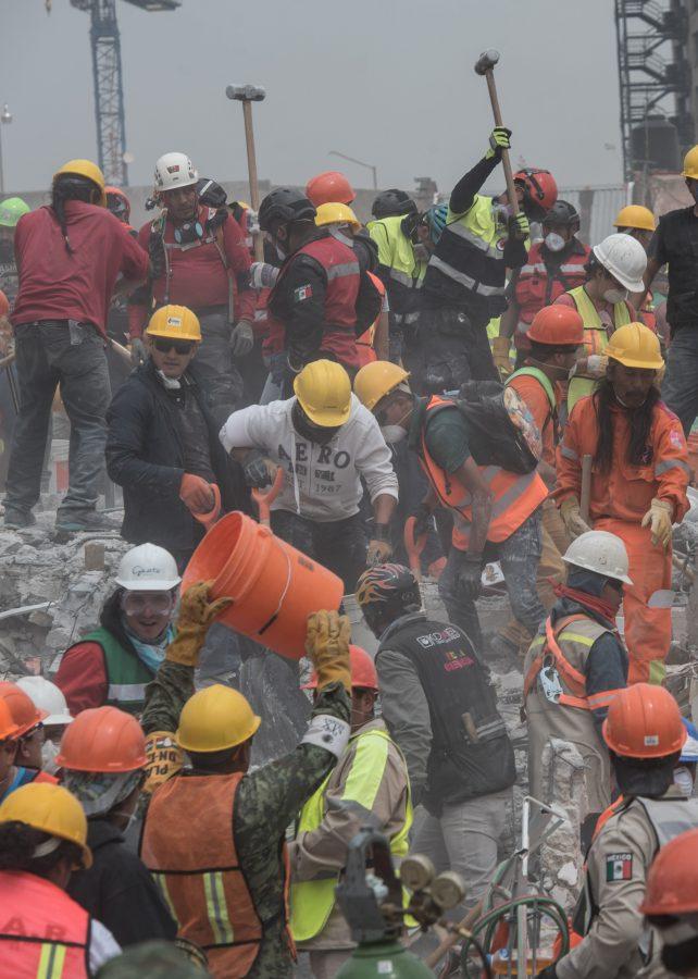 Rescatistas trabajan sobre los escombros de la fábrica en la calle de Chimalpopoca, Col. Doctores.