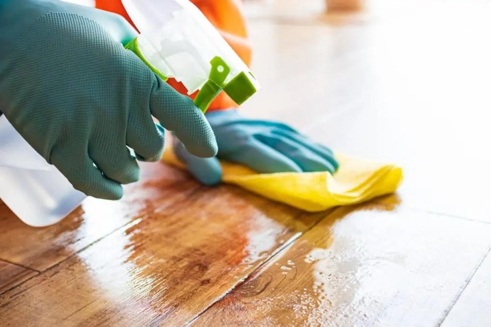 アルコールでカビ掃除をする女性