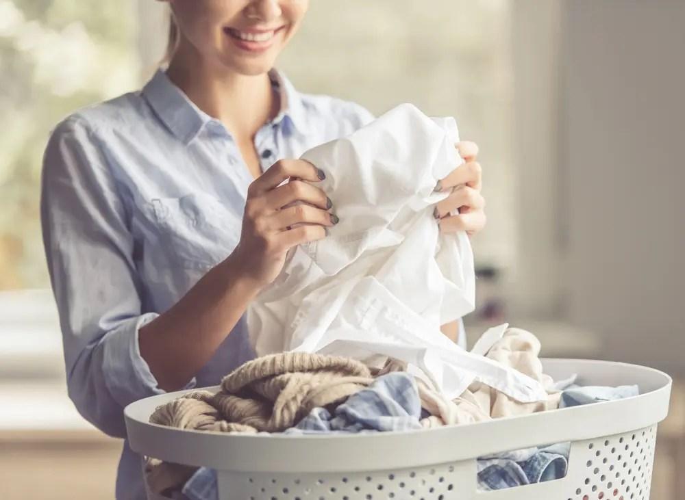 エコ洗剤を使った主婦が、洗い上がりに満足している様子