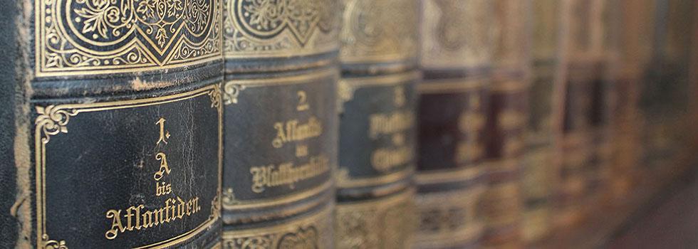 Polica sa starim knjigama