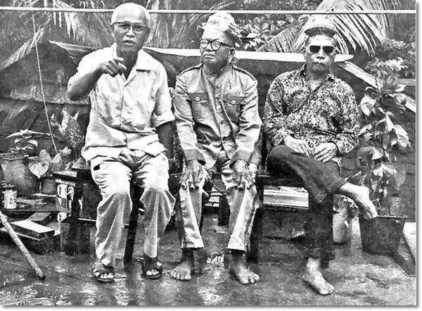 PHDing-left-with-two-men-from-Uma-Aging-Belaga-20150704-AZAM-IIC