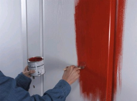 Как покрасить деревянную дверь видео?