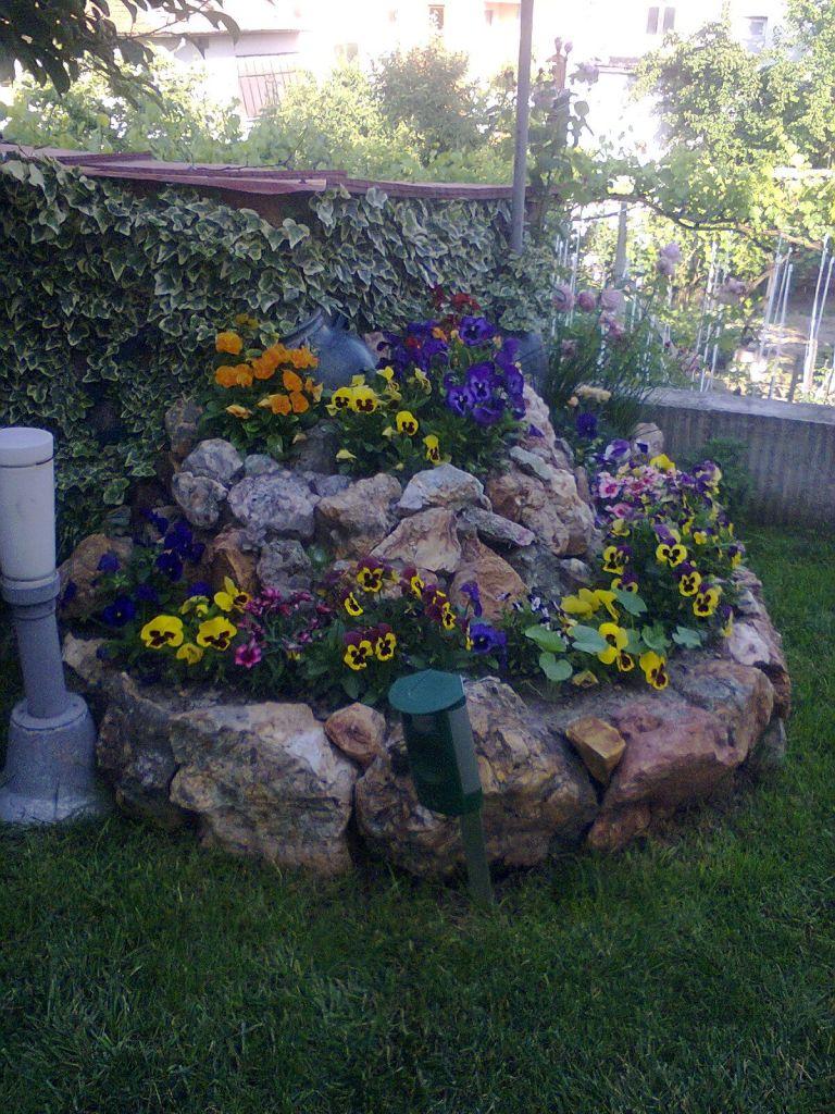 Един лесен вариант за алпинеум в нашата градина.