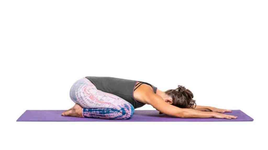 Тази успокояваща поза я правим както е на снимката. Оставаме в тази йога поза около 1 минута.