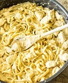 沸騰したら火を弱火にして8~13分煮込みます。 中の水分が1/4~半分程度になったらチーズを加えます。 良くかき混ぜたら完成です!