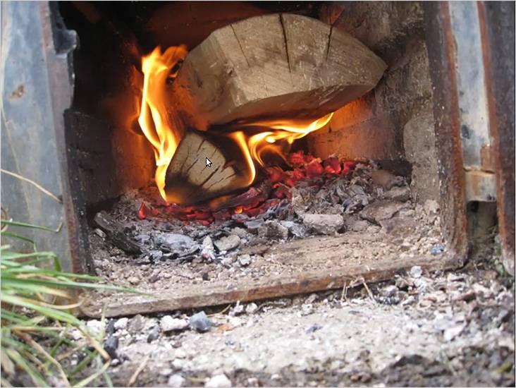 乾いた薪は炉内で燃えます