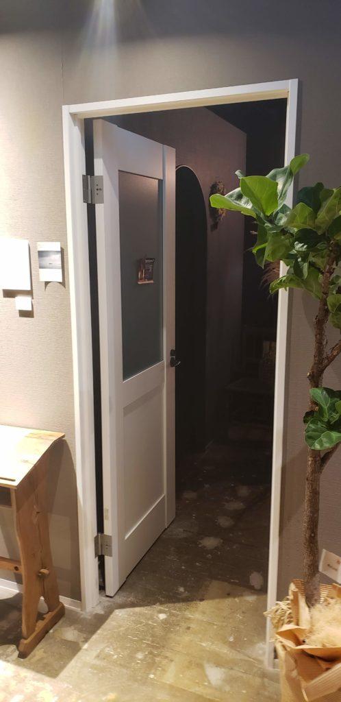 2階に上がると左手に扉があります。