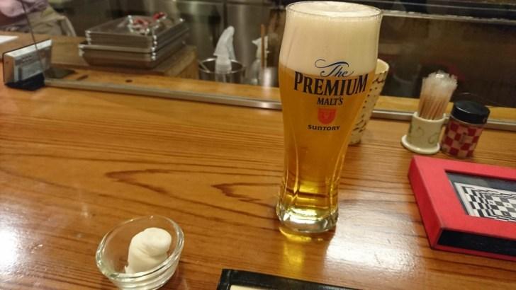 冷たいビールで メニューを拝見