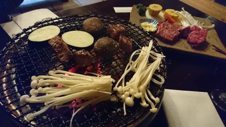 肉、野菜を焼きます