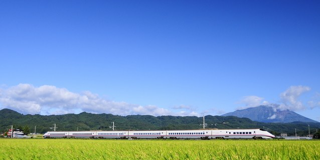 秋田新幹線『こまち』と青空