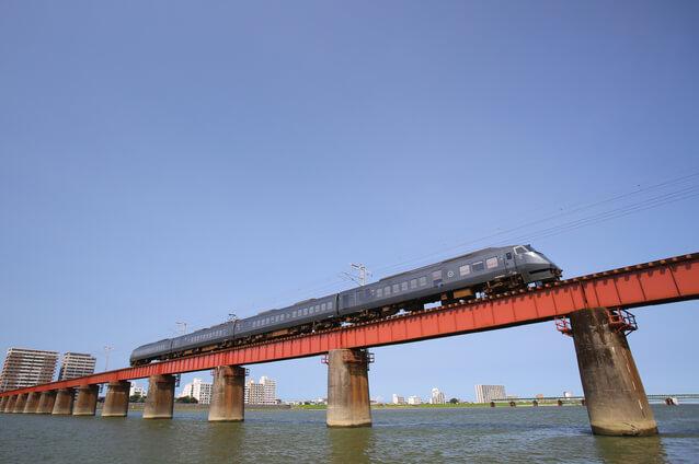 大淀川を渡る特急にちりん