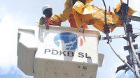 Ilustrasi petuga PLN sedang memeriksa aliran listrik