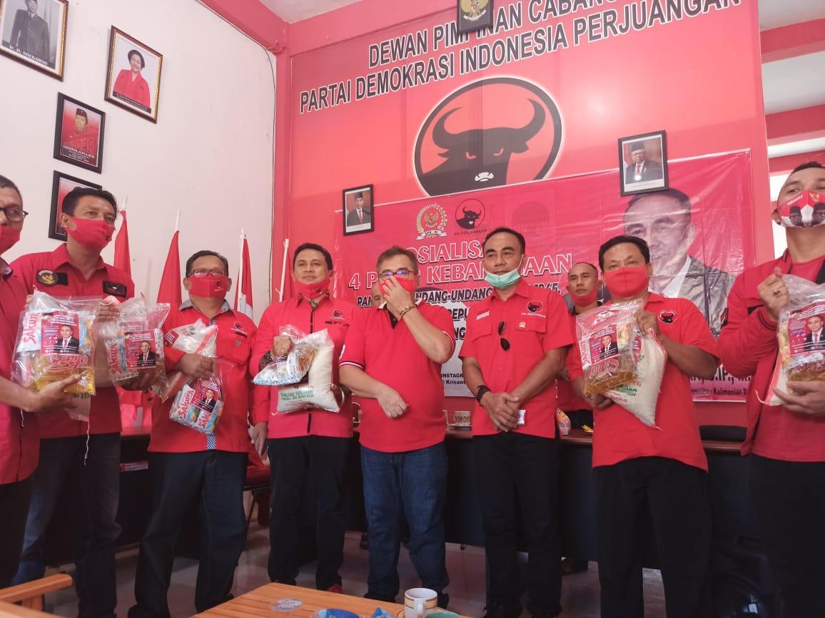 Anggota DPR RI Fraksi PDIP Krisantus Kurniawan Bagikan 1 Truk Sembako di Sekadau