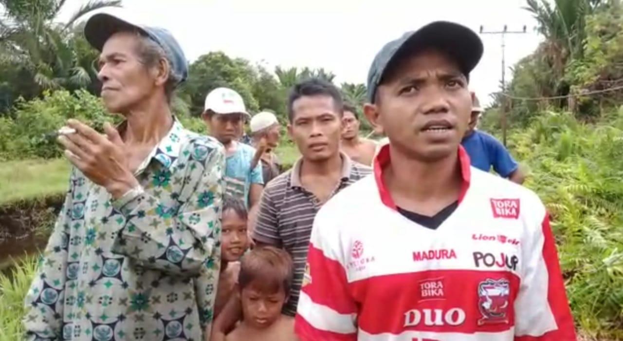 Ganggu Jaringan Listrik, PLN ajak Warga Dusun Turba Gotong Royong Bersihkan Semak Belukar