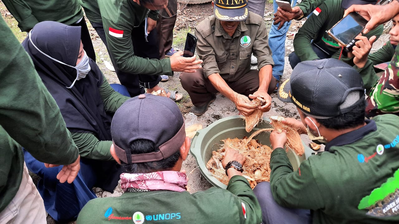Joko Wiryanto praktisi lahan gambut nasional saat memberi materi ke peserta Sekolah Lapang Petani Gambut yang dilaksanakan Gemawan 14-18 Oktober di Punggur Besar, Kabupaten Kubu Raya