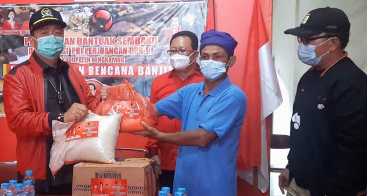 Keluarga besar PDI Perjuangan Kalimantan Barat bergotong royong melakukan penggalangan dana guna membantu korban terdampak banjir Kabupaten Bengkayang. Momen gotong royong tersebut berlangsung pada saat konsolidasi partai di Kantor DPC PDI Perjuangan Kabupaten Bengkayang, Sabtu (6/2/2021).