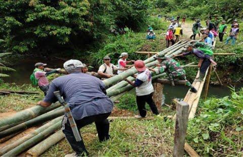 Bersama Warga, Satgas Pamtas Yonif Mekanis 643/Wns Perbaiki Jembatan Rusak di Perbatasan