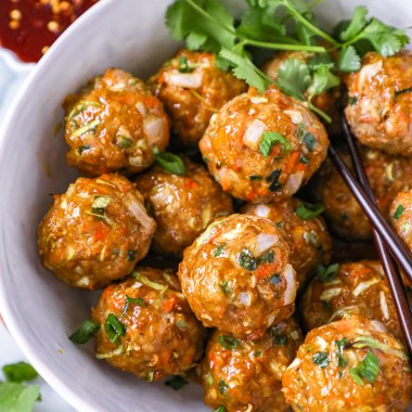 Healthy egg roll meatballs made with ground turkey, cabbage, carrots, onions and soy sauce! Serve them with a homemade honey sriracha sauce to make one easy weeknight meal!