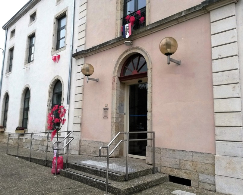 Mairie de Demigny aux couleurs d'Octobre Rose
