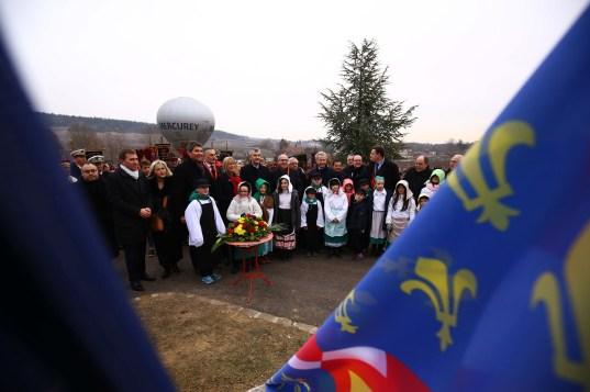 Photo officielle au Monument aux morts pour la Saint-Vincent tournante Mercurey 2017 / Photo Jean-Luc Petit