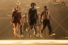 Les dix danseurs semblent en lévitation sur scène.