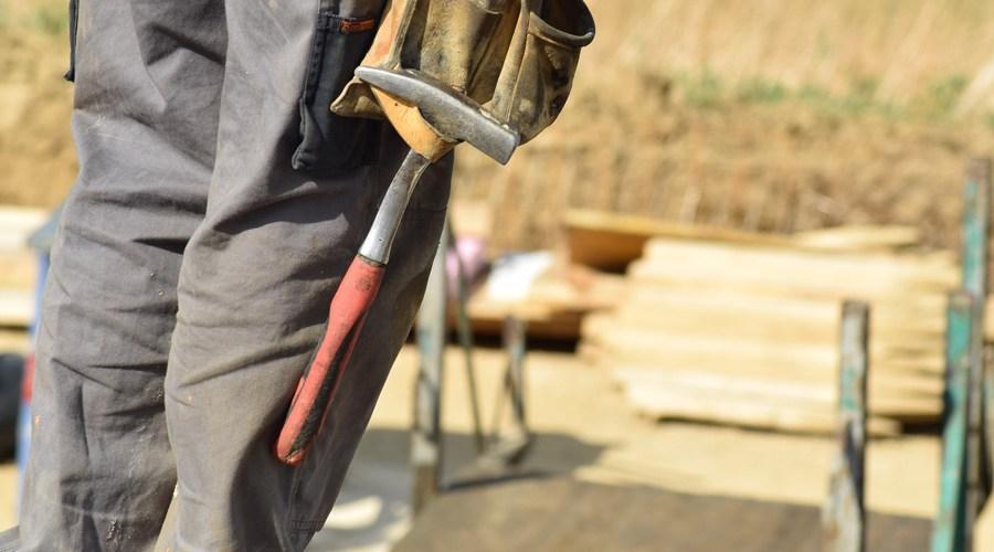 Un artisan sur un chantier réalisant des travaux de rénovation énergétique.