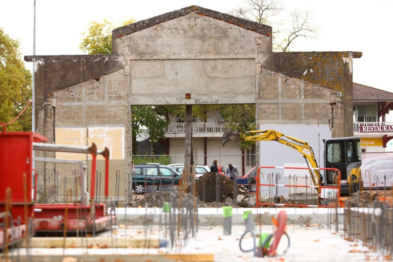 Photo du pignon de l' Espace petite enfance Sainte-Marie avec la Maison des vins en arrière plan