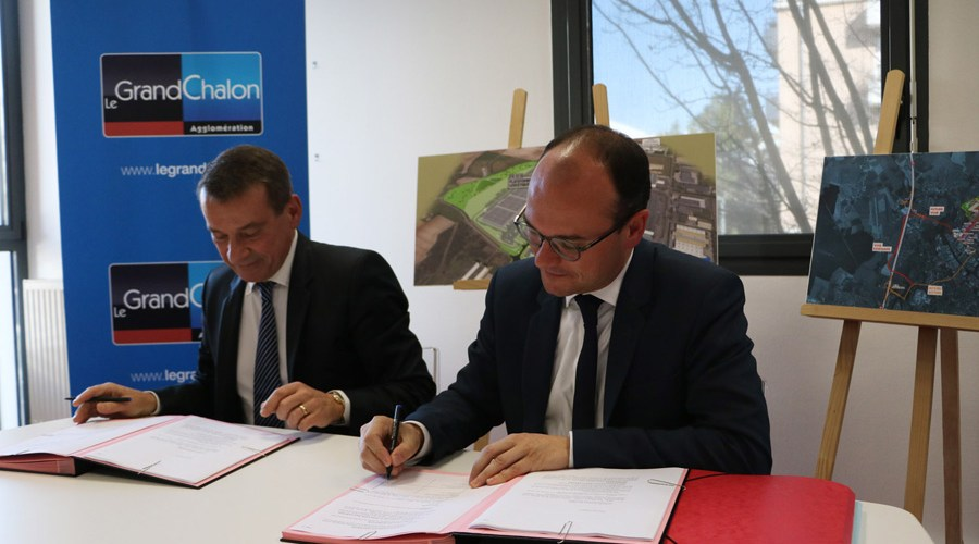Frédéric Mignot, Dirigeant de SGT et Sébastien Martin, Président du Grand Chalon signent l'acte de vente d'un terrain situé à SaôneOr