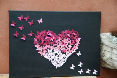 Coeur fait en papillon de papier aux couleur d'Octobre rose