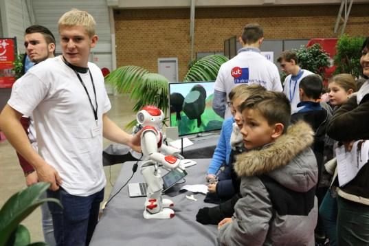 Des enfants intéragissent avec le robot de l'iut au Village des Sciences 2017