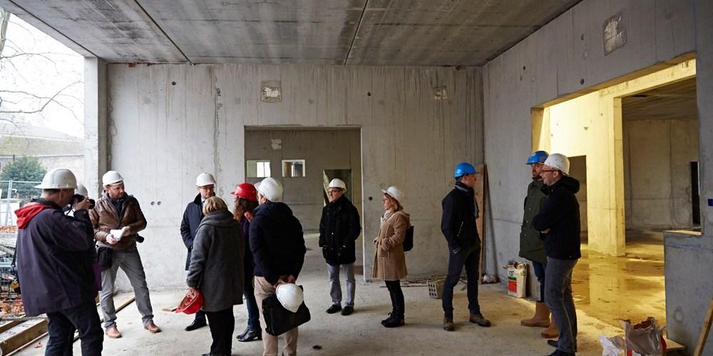 Elus et journalistes discutent à l'abris dans ce qui sera le jardin d'hiver de l'Espace Petit enfance Sainte Marie