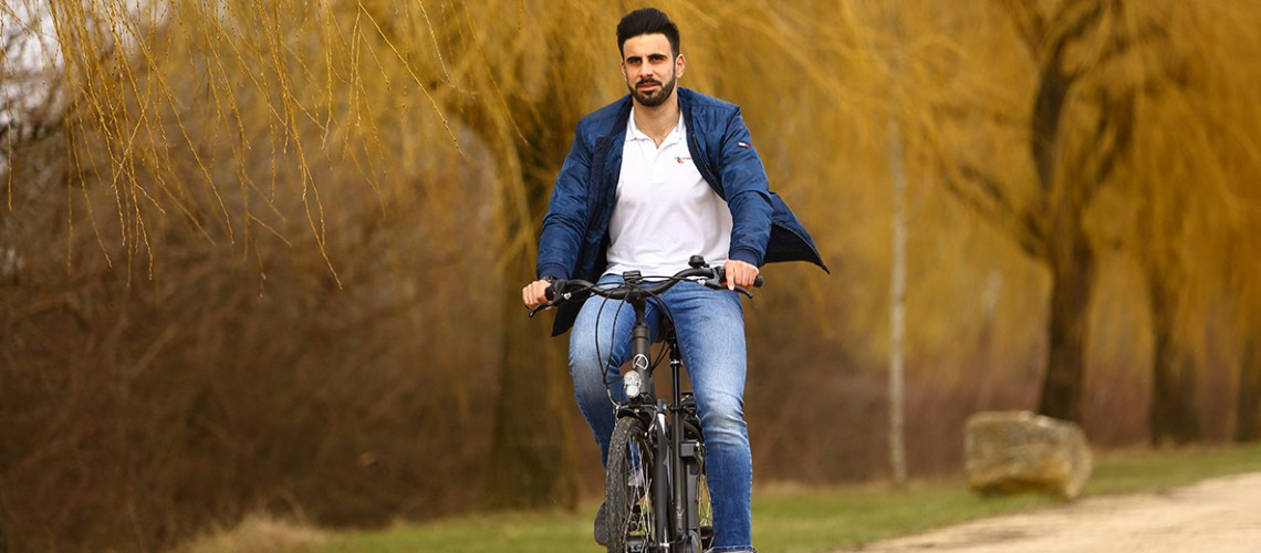 Homme en vélo à assistance électrique sur la piste cyclable à saint-Marcel